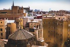 Взгляд угла Hig готического квартала в Барселоне стоковые изображения