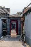 Взгляд узкого переулка в традиционном Пекин Hutong в Chin стоковая фотография rf