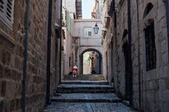 Взгляд узкого переулка старого городка стоковая фотография rf