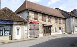Взгляд улицы в городе Magnac-Bourg Magnac-Bourg коммуна в зоне Новый-Аквитании в запад-центральной Франции стоковые изображения rf
