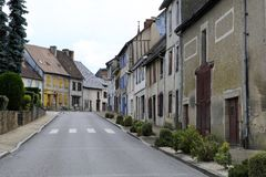Взгляд улицы в городе Magnac-Bourg Magnac-Bourg коммуна в зоне Новый-Аквитании в запад-центральной Франции стоковое изображение rf
