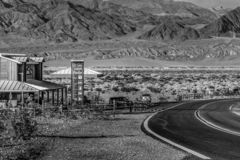 Взгляд улицы в Stovepipe Wells на Death Valley - BEATTY, США - 29-ОЕ МАРТА 2019 стоковые фото