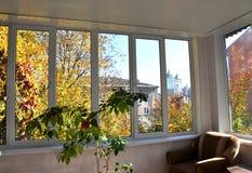 Взгляд улицы от веранд с окнами металл-пластмассы Стоковая Фотография