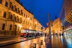 Взгляд улицы Праги вечером стоковая фотография rf