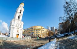 Взгляд улицы самары с колокольней монастыря Iversky стоковые фотографии rf