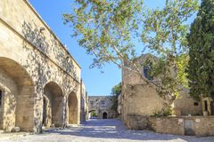 Взгляд улицы Apellou перед археологическим музеем в городке Родоса старом Стоковая Фотография RF