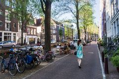 Взгляд улицы Groenburgwal в старой части городка Amsterda Стоковые Изображения RF