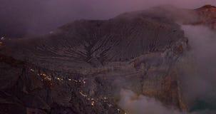 Взгляд упущения воздушного трутня гипер людей идя красивый вулкан Ijen с кисловочным озером на восход солнца видеоматериал