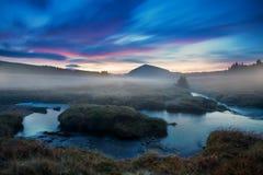 Взгляд утра на ландшафте горы с доминантным холмом и большими лугом и ручьем стоковые изображения rf