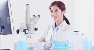 Взгляд ученого женщины вы стоковая фотография rf