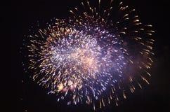 Взгляд фейерверка близкий поднимающий вверх в ночном небе стоковая фотография