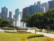 Взгляд фонтана расположенного в садах Гонконга зоологических и ботанических стоковые фотографии rf
