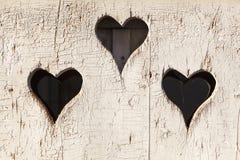 Взгляд формы сердца вне на деревянной двери стоковые фотографии rf