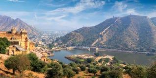 Взгляд форта Amer янтарных и озера Maota, Раджастхана, Индии стоковые изображения rf