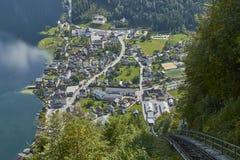 Взгляд фуникулярного рельса водя к взгляду skywalk в Австрии с деревней hallstatt на заднем плане стоковое фото