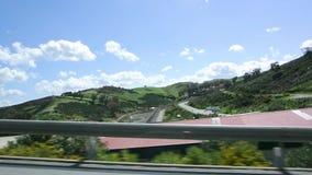 Взгляд холмистого ландшафта и двойной загородки сток-видео