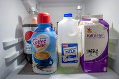 Взгляд холодильника кухни внутренний стоковая фотография rf