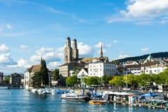 Взгляд центра города Цюриха исторический с водой в лете для туризма и перемещения Стоковое Фото