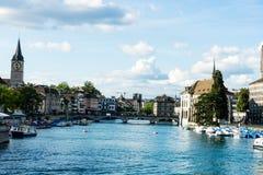 Взгляд центра города Цюриха исторический с водой в лете для туризма и перемещения Стоковые Фотографии RF