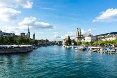 Взгляд центра города Цюриха исторический с водой в лете для туризма и перемещения Стоковое фото RF