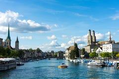 Взгляд центра города Цюриха исторический с водой в лете для туризма и перемещения Стоковая Фотография RF
