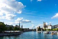 Взгляд центра города Цюриха исторический с водой в лете для туризма и перемещения Стоковое Изображение RF