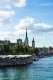 Взгляд центра города Цюриха исторический с водой в лете для туризма и перемещения Стоковые Изображения RF