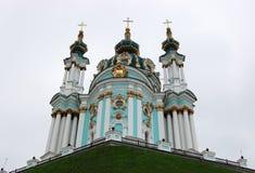 Взгляд церков Андрея Первозванного на предпосылке облачного неба в Киеве стоковое фото