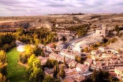 Взгляд церков Вера Cruz от Сеговии с деревней Zamarramala на расстоянии Испания стоковая фотография