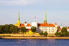 Взгляд церков дворца Риги, ` s собора, St Peter и церков фабрики спасителя St, замка Риги замок на Стоковые Фото