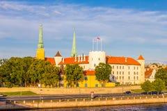 Взгляд церков дворца Риги, ` s собора, St Peter и церков фабрики спасителя St, замка Риги замок на Стоковое фото RF