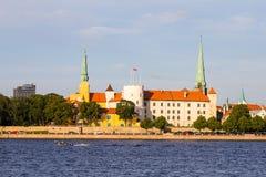 Взгляд церков дворца Риги, ` s собора, St Peter и церков фабрики спасителя St, замка Риги замок на Стоковое Изображение RF