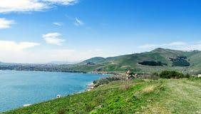 Взгляд церков Sevanavank в Sevan, Армении на солнечный весенний день, голубом небе, длинном знамени ширины стоковые фотографии rf