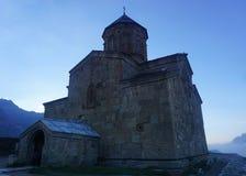 Взгляд церков Stepantsminda Gergeti полно- стоковое изображение