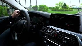 Взгляд цифровой приборной панели автомобиля пока управляющ автомобилем акции видеоматериалы