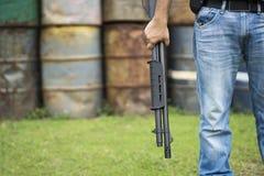 Взгляд человека с корокоствольным оружием стоковое фото rf