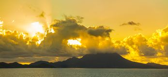 Взгляд Чент-Китс и Невис на зоре от моря Стоковые Изображения RF