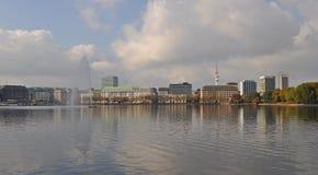 Взгляд через внутреннее озеро Binnenalster Гамбург Alster стоковое изображение rf