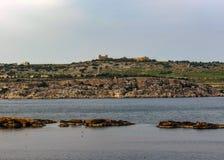Взгляд через залив St Pauls, Bugibba, на среднеземноморском острове Мальты, Европа стоковое изображение rf