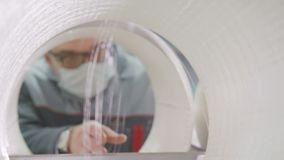 Взгляд через качество потока стеклоткани управлениями мастера отверстия катушкы акции видеоматериалы