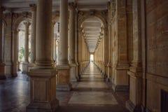 взгляд через колоннаду в Karlovy меняет стоковая фотография rf