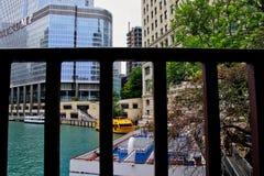 Взгляд через мост улицы Колумбуса рекреационных шлюпок путешествия на их гавани бульвара Мичигана с башней козыря в предпосылке стоковые изображения