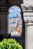 Взгляд через окно в бастионе ` s рыболовов к зданию парламента Стоковое Фото