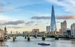 Взгляд через реку Темзу финансовых небоскребов Londo Стоковые Фотографии RF
