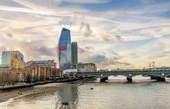 Взгляд через реку Темзу финансовых небоскребов Londo Стоковое Изображение