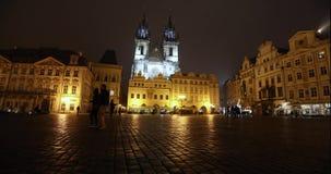 Взгляд через старый квадрат к церков, timelapse, starom центральная площадь Праги, замка Праги и старой акции видеоматериалы