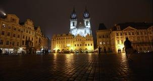 Взгляд через старый квадрат к церков, timelapse, starom центральная площадь Праги, замка Праги и старой сток-видео