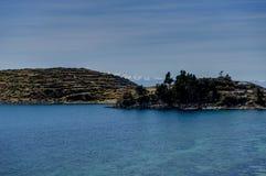 Взгляд через isla del Sol Ла с водой голубого неба и озером t деревьев стоковое изображение