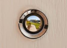 Взгляд через peephole стоковое фото