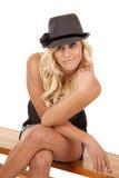 взгляд черной шляпы сидит женщина Стоковое Изображение